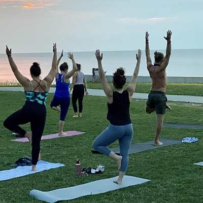 Good Vibes Park Yoga - [Bottoms Up! Yoga]